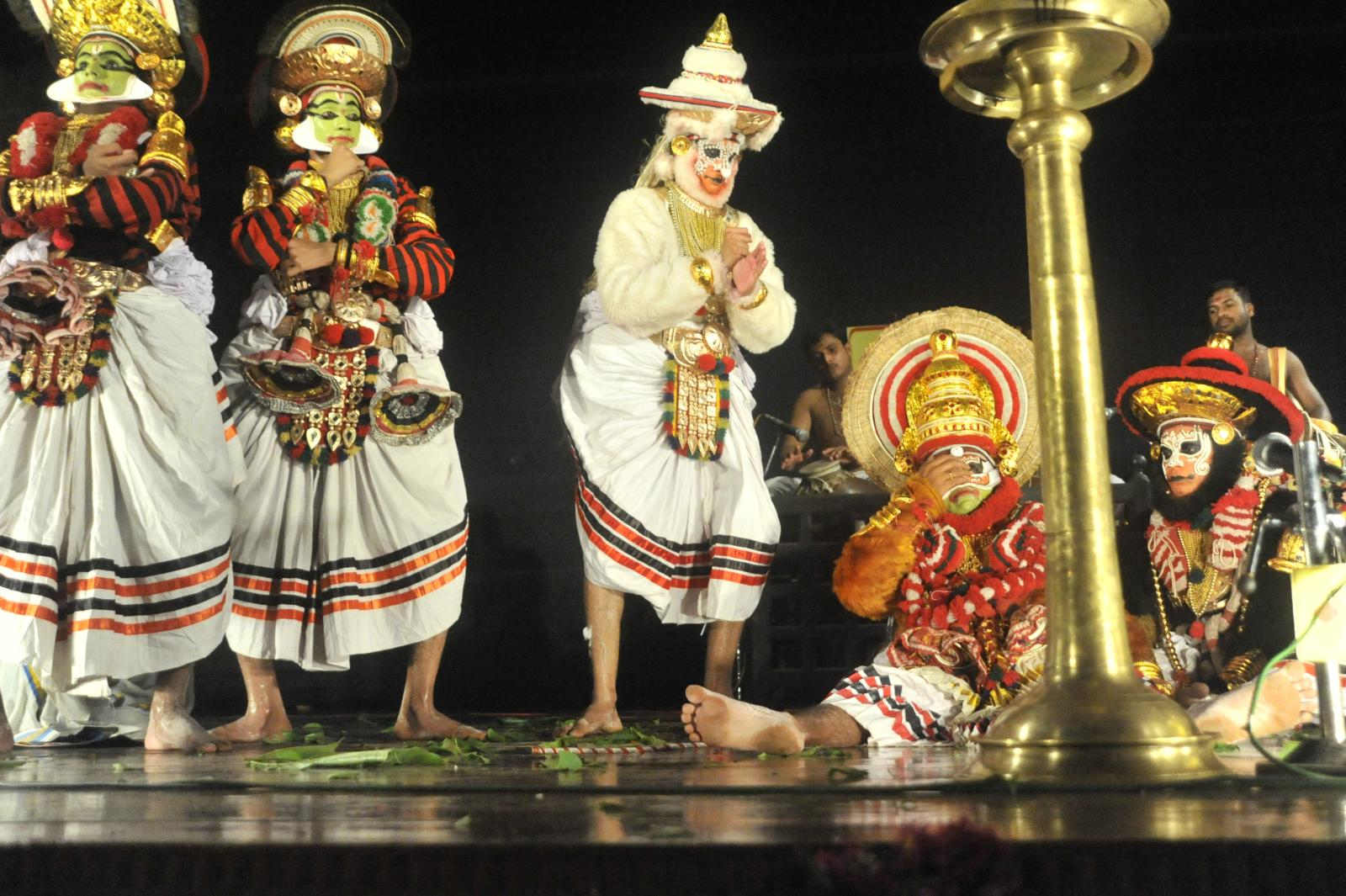 Bali falls to the ground, hit by Rama's arrow;  Margi Madhu : Koodiyattam - Bali Vadham