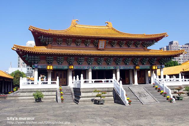 這是台中孔廟,比較特別的地方是,他的內部顏色使用大地色系,並咖啡色為主,跟其他孔廟內部大多用鮮艷顏色裝飾很不同。