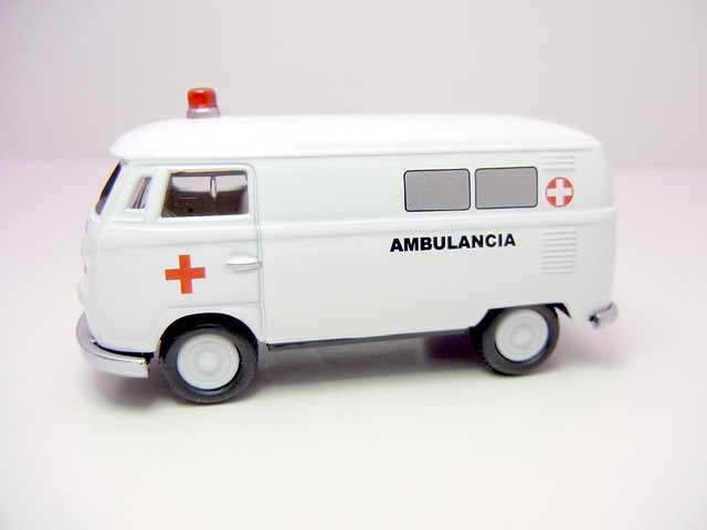 johnny lightning 1965 volkswagen transporter ambulance (2)
