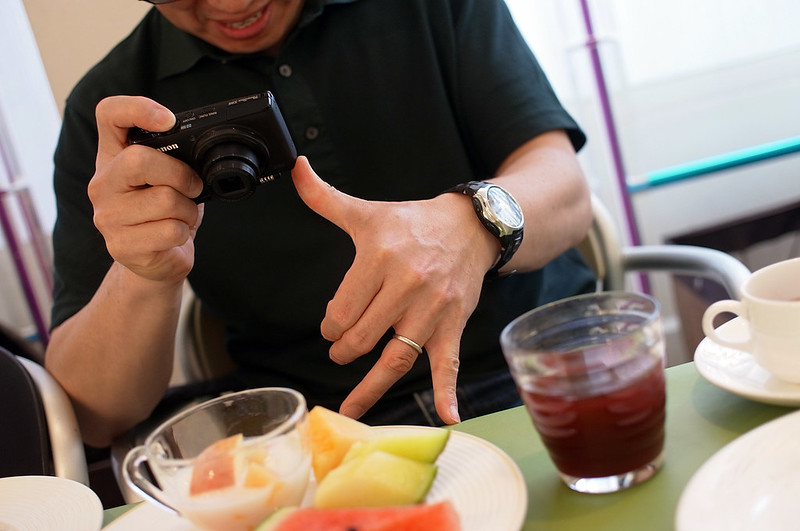 how he fixes camera while table photo shooting