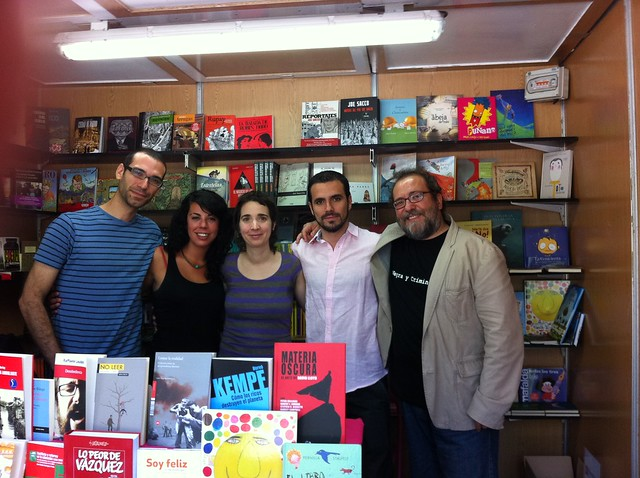 Autores y libreros, posando juntos en la caseta de La Pantera Rossa, en laFeria del Libro de Zaragoza 2012