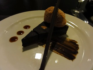Buzz Restaurant at Alila Jakarta: Chocolate mocha tart with raspberry Ice cream