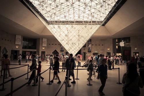 Urban Mythologies : The Pyramid and the Apple (Le Louvre, Paris) - Photo : Gilderic