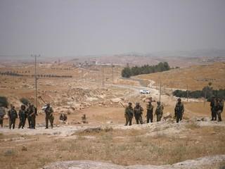 החיילים ממתינים להפגנה