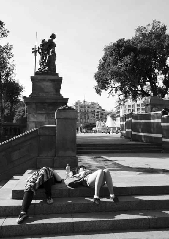 Siesta en la plaza.