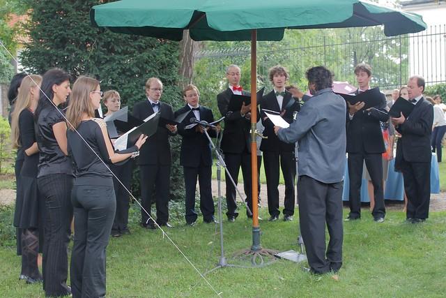 Chœurs chantant les hymnes français puis tchèque