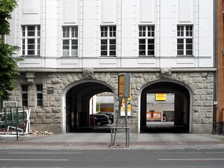 Urbanstraße 122-123, Ein- und Ausfahrt