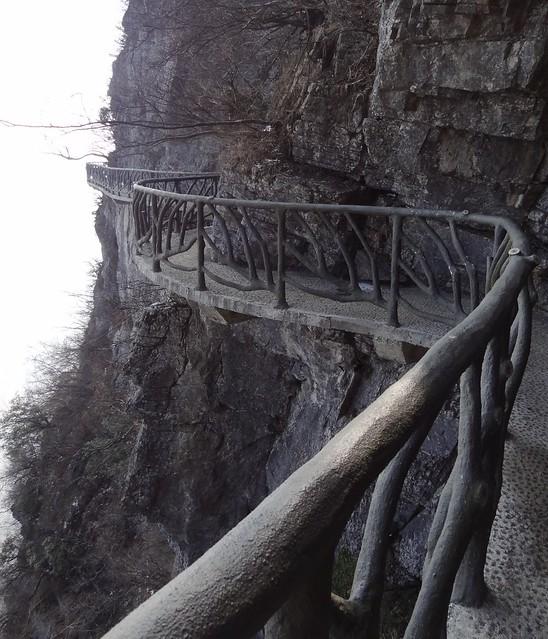 Tianmen_Mountain_cliff_footpath
