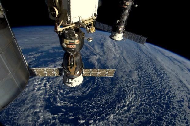In deze Soyuz kom ik terug. Van 28.000 naar 0 km/uur. Middenstuk heeft hitteschild. Bol bovenop en deel met zonnepanelen verbanden.