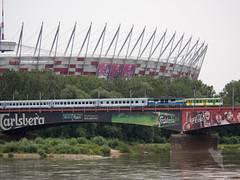 Wisla川越しにスタジアムと列車