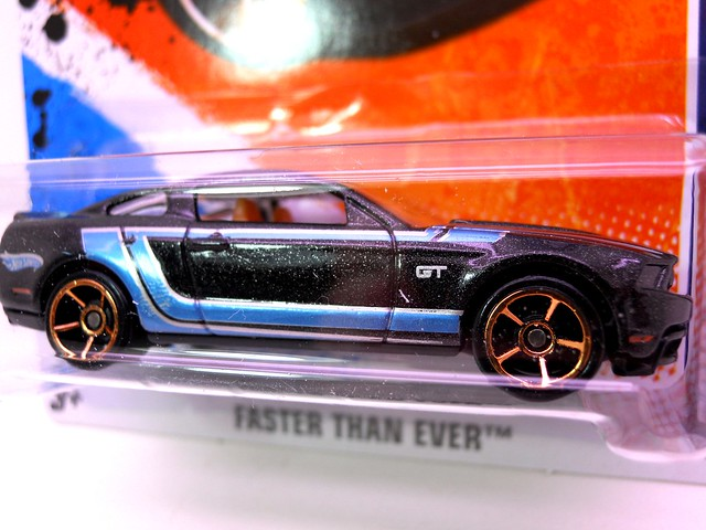 hot wheels 2010 ford mustang gt blk  (2)