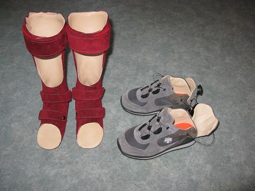 Orthesen und Schuhe