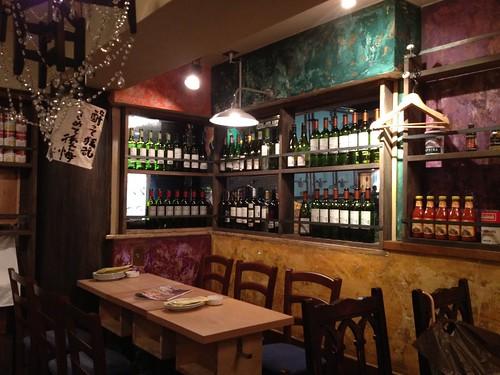 店内はワインやお酒たちに囲まれています。@貝殻荘 青物横丁店