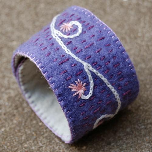 Studio Paars embroidered felt cuff bracelet lavender geborduurde vilt armband lavendel