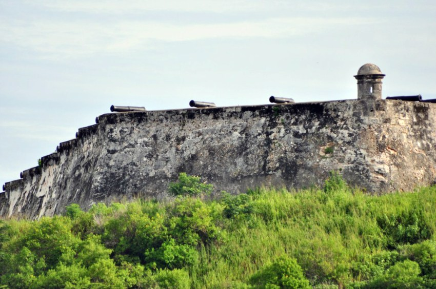 Cada noche a las 21h, los tambores anuncian el disparo del cañón, para rememorar el que antiguamente marcaba la hora de cerrar las puertas de la muralla que rodeaba la ciudad de La Habana, el mejor sistema de seguridad que convertía a la ciudad en la más protegida del caribe. La Habana vieja y un paseo por sus plazas La Habana vieja y un paseo por sus plazas 7817572444 21e9606628 o