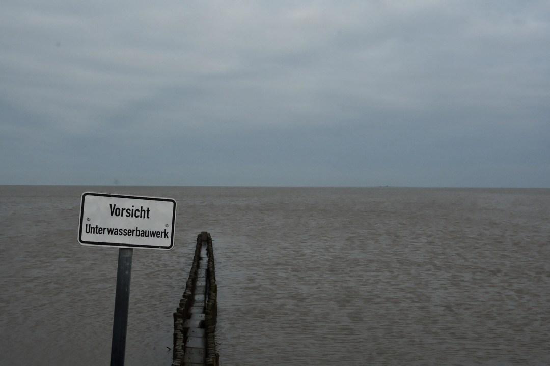 Vorsicht Unterwasserbauwerk