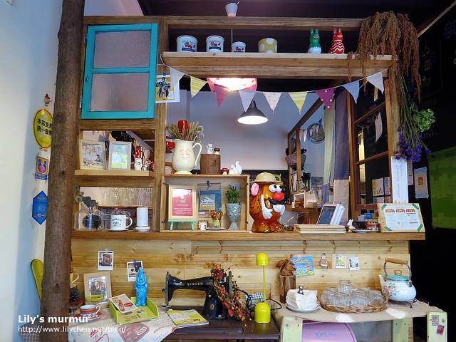 櫃台很有雜貨風,櫃台後方是小廚房。