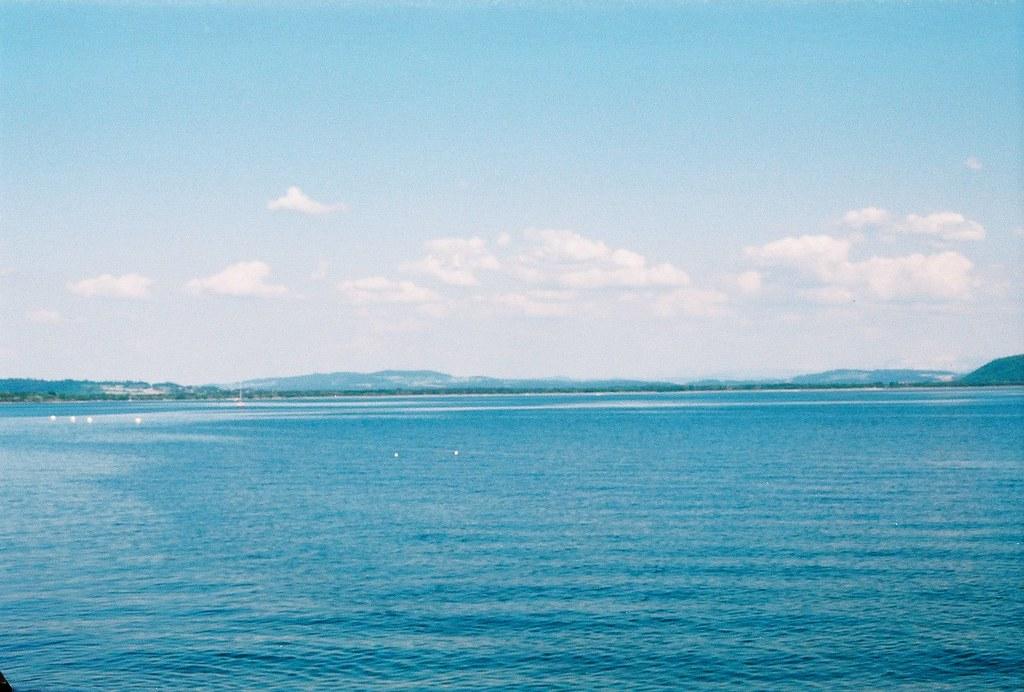 Le lac de Neuchâtel et les Alpes