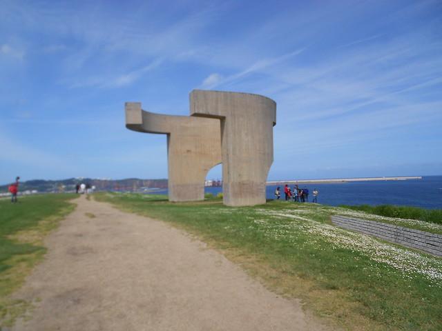 Elogio del Horizonte de Eduardo Chillida en el Parque Cerro de Santa Catalina en Cimavilla, Gijon