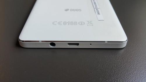 Samsung Galaxy A7 ด้านล่าง