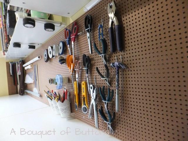 Sewing Studio space room Lieke, gaatjesplaat, gaatjesboard, gaatjesbord, pegboard, naaikamer, naaien, A Bouquet of Buttons