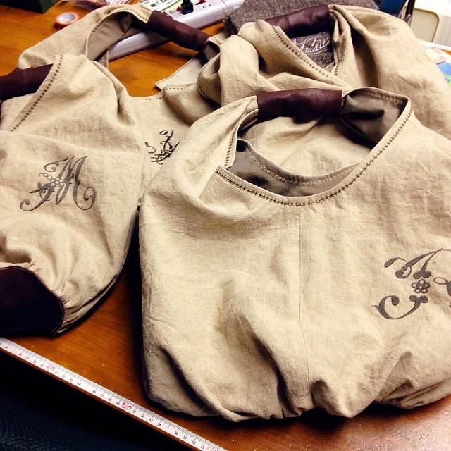 先日のバッグ、ステッチもかけて仕上がりました(^.^)あとは、ボタンとタグ付け。皆さん、がんばって〜(^O^)/