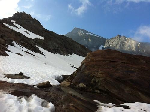 Blick auf die Rötspitze vor dem Schneefeld