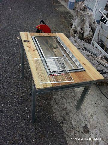 烤肉爐底座用兩根L亞鐵固定。 焊接第一條L亞鐵中