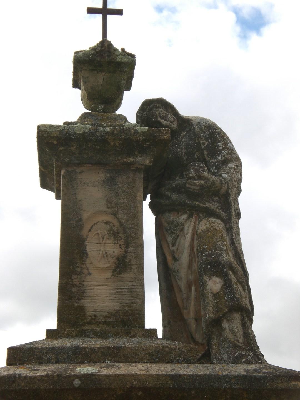Escultura Memento Mori. Cementerio de Villanueva de los Infantes. Autor de la fotografía, Carlos Chaparro Contreras