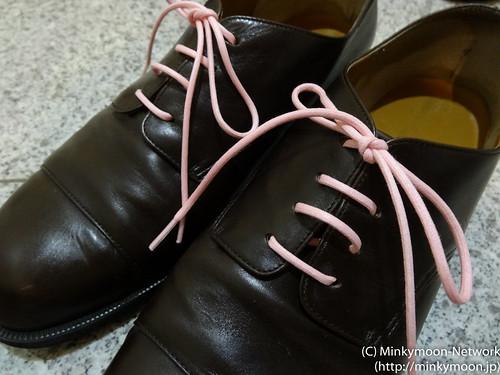 茶色の革靴にピンクのshoestripes