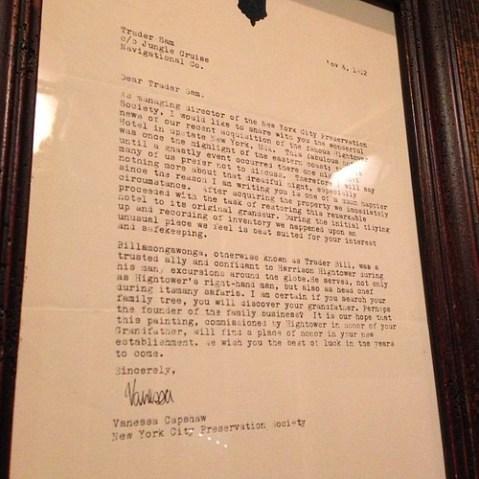 トレーダー・サムにニューヨーク市保存協会からの手紙が飾られている。これでジャングルクルーズ、魅惑のチキルーム、アメリカンウォーターフロントがつながった。すごいバーだわ。