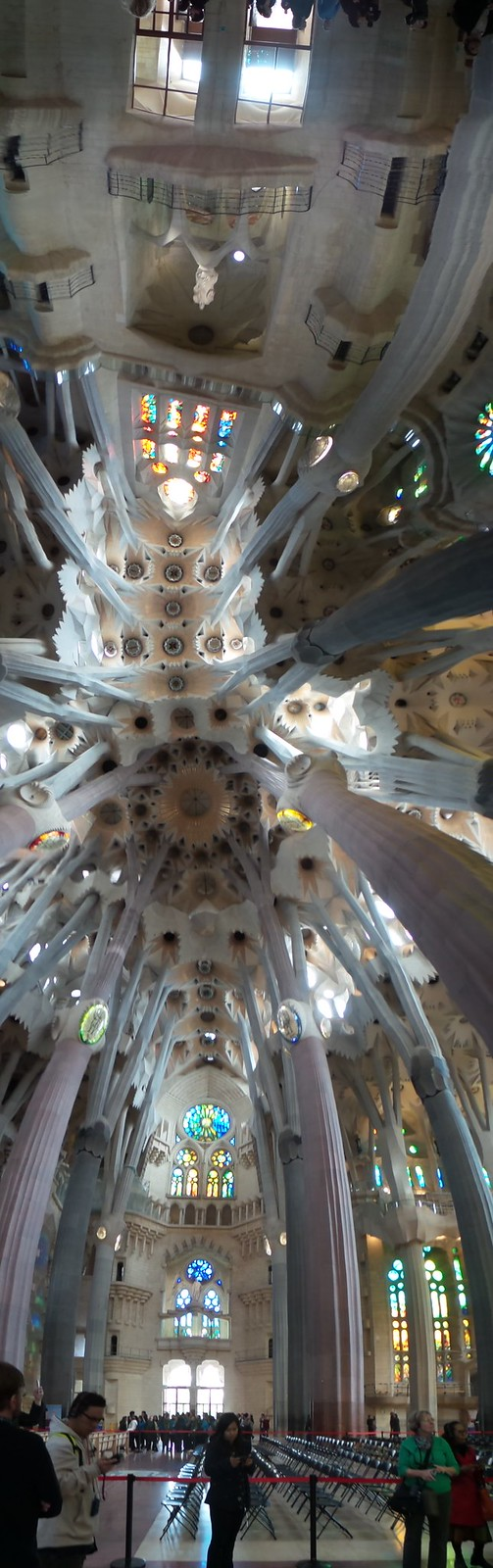 ภาพในวิหาร La Sagrada Família ถ่ายพาโนรามาแนวตั้ง ด้วย Samsung Galaxy Note 3