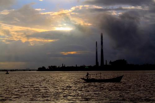 যন্ত্রের নাও ধোঁয়া ছাইরা আঁধার করল নীল আকাশটারে, ও মাঝি রে- - by manwar2010