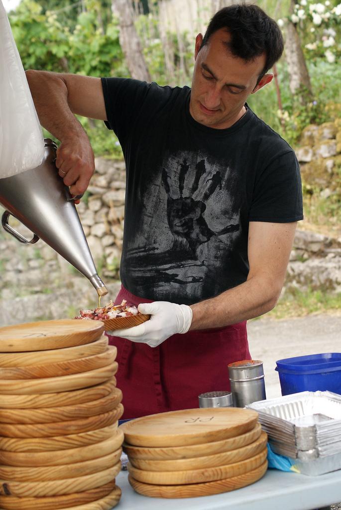 Preparando el famoso pulpo a la gallega. Autor, Gabriel González