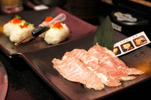 前面是松阪肉,後方是握壽司的飯,可以夾著烤肉一起吃