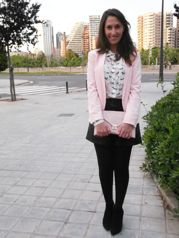 blazer rosa palo, clutc, short piel negro, botines, booties, pale pink, leather short