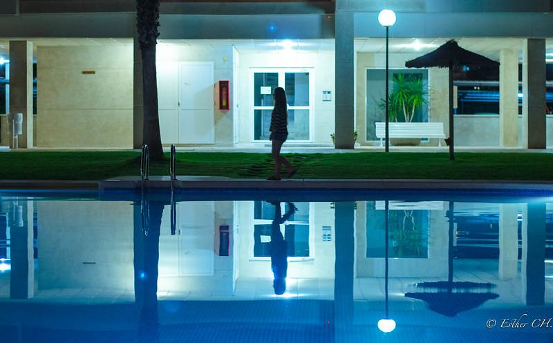 Reflejos nocturnos en la piscina