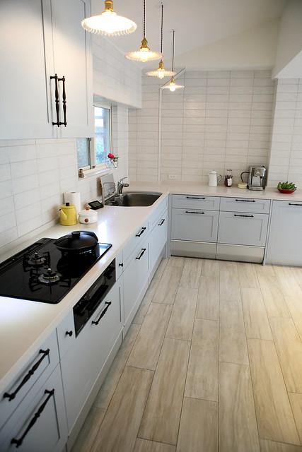 gray tile kitchen floor oak pantry cabinet 裝潢 廚房裝修工程 結婚 幸福 痞客邦 而且後來還好有臨時踩煞車把廚房的地板改成磁磚材質