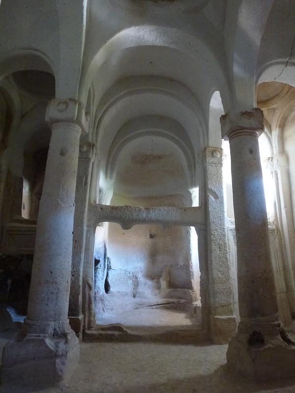 Turquie - jour 21 - Vallées de Cappadoce  - 149 - Çavuşin, Kızıl Çukur (vallée rouge) - Direkli Kilise (église aux colonnes)
