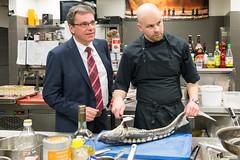 Minister Frank Kupfer und Chefkoch Stephan Mießner mit Stör aus Moritzburg