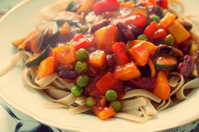 Gemüsegulasch mit Multikorn-Linguine (vegan)