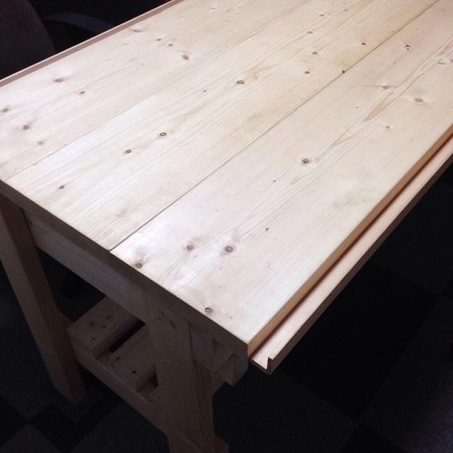パパさんに、テーブルをリメイクしてもらいました。糸屑捨てられる溝付き(^^;;幅も30cm程狭くなって、動線が確保出来ました!