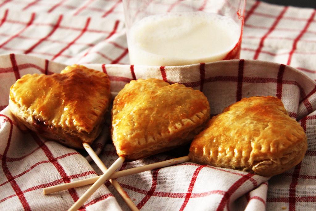 Foto gratis de piruletas de hojaldre rellenas de mermelada