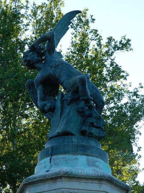 Estatua del Ángel Caido en el Parque de El Retiro, Madrid