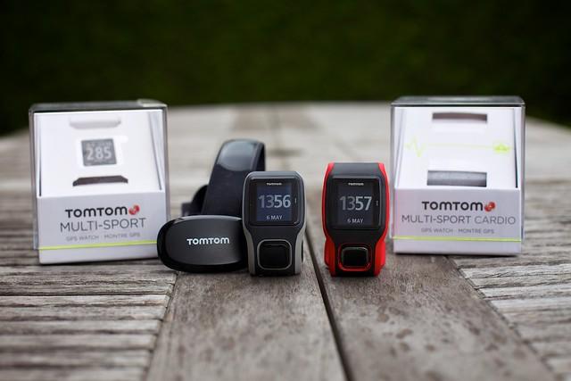 Links de TomTom Multi-Sport met traditionele band en sensor en Multi-Sport Cardio met geïntegreerde hartslagsensor in het horloge
