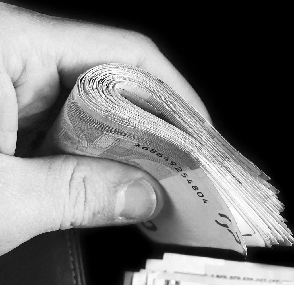 Foto gratis de un fajo de billetes de euro en blanco y negro