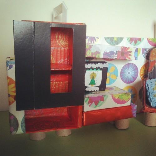 Mueble salón , con televisor . Casa de muñecas. Reciclando cajas ..... by alialba