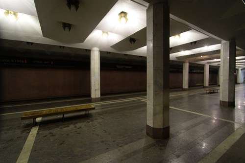 Бурнаковская (Burnakovskaya) station: two rows of columns down the island platform support the roof