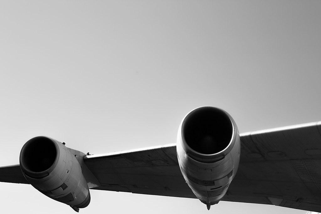 Imagen gratis del ala de un avión en HD y blanco y negro