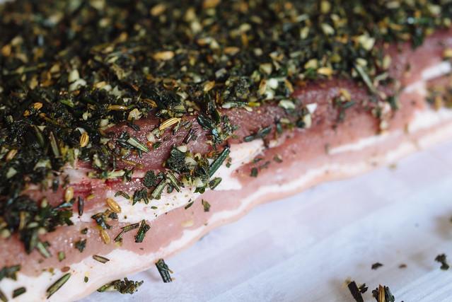Sunday roast met porchetta: varkensbuik moet eerst gekruid worden en marineren